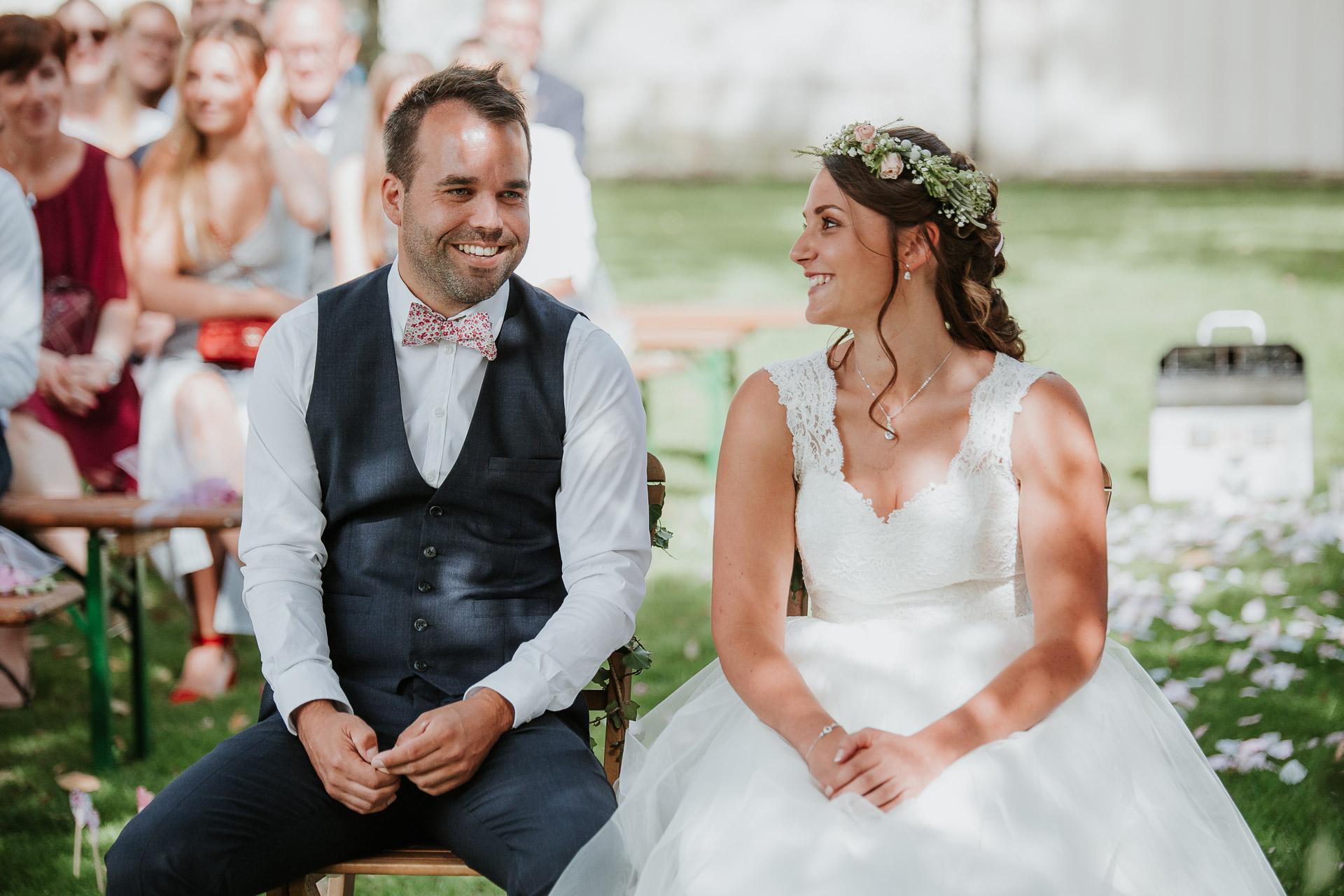 scène de bonheur lors d'une cérémonie laïque mariage