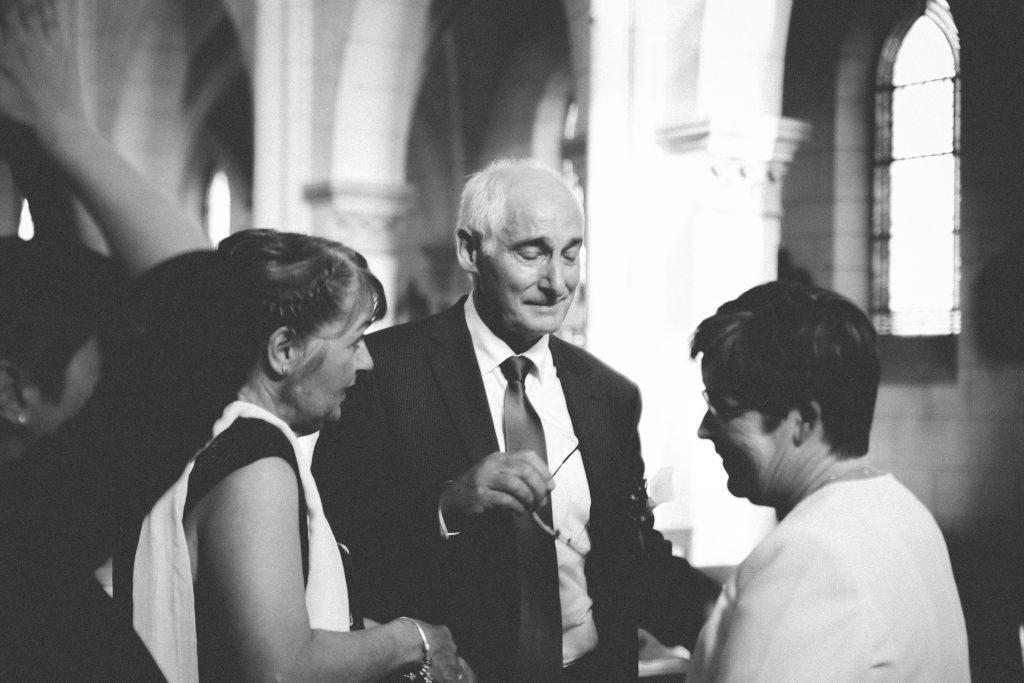 le papa du marié pleure dans l'église